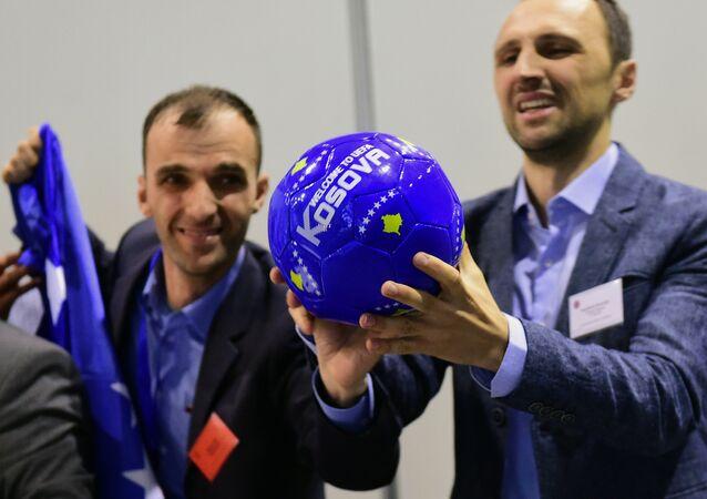 Delegace od Kosova slaví členství státu v UEFA