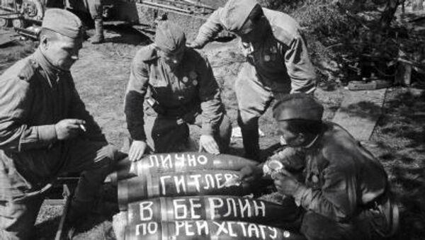 Sovětští vojáci píšou na střelách poselství Hitlerovi - Sputnik Česká republika
