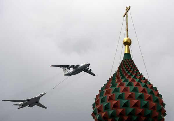 Самолет-заправщик Ил-78 и стратегический бомбардировщик-ракетоносец Ту-160 на тренировке групп парадного строя авиации к параду Победы - Sputnik Česká republika
