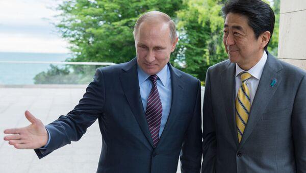 Ruský prezident Vladimír Putin a japonský premiér Šinzó Abe - Sputnik Česká republika