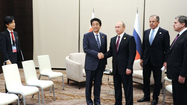 Japonský premiér Šinzó Abe a prezident Ruska Vladimir Putin - Sputnik Česká republika
