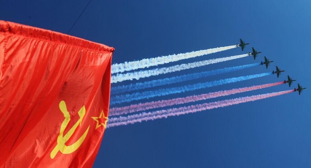 Bitevníky Su-25 vypouštějí dým v barvách ruské trikolory