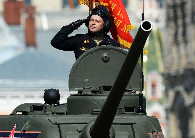 Tank T-34-85 během přehlídky Vítězství v Moskvě