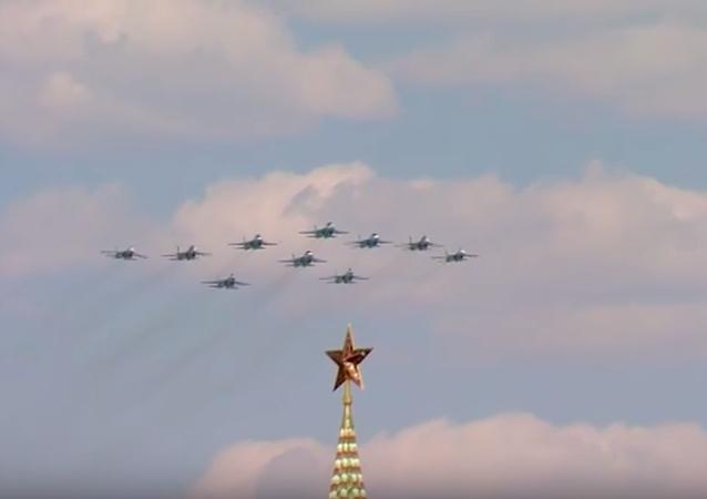 Ruské letectvo se účastní oslav Dne vítězství v Moskvě. Video