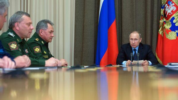 Vladimir Putin během porady - Sputnik Česká republika