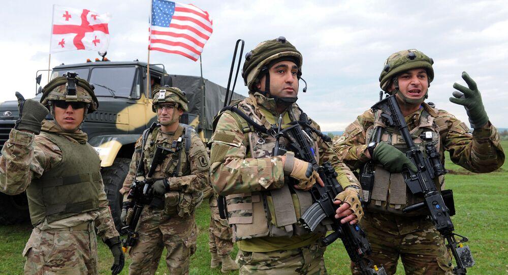 Gruzínští a američtí vojáci během cvičení NATO v Gruzii