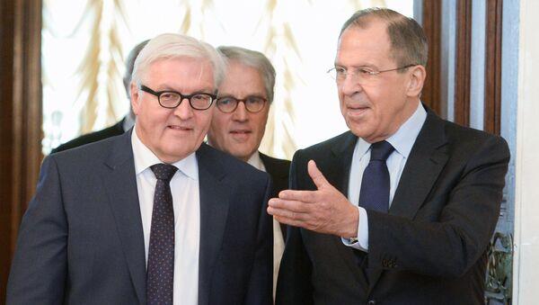 Ruský ministr zahraničních věcí Sergej Lavrov a šéf německé diplomacie Frank-Walter Steinmeier - Sputnik Česká republika