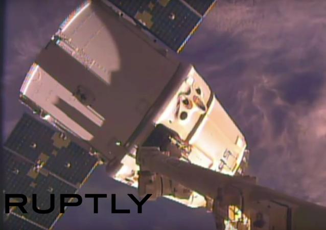 Odesílání z ISS na Zem kosmického náklaďáku Dragon. VIDEO