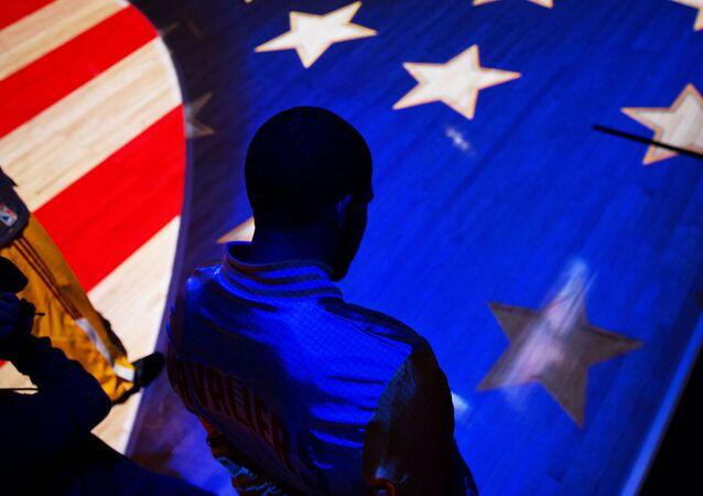 Muž na pozadí americké vlajky
