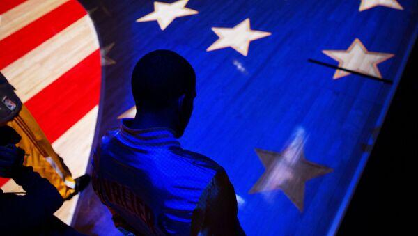 Muž na pozadí americké vlajky - Sputnik Česká republika