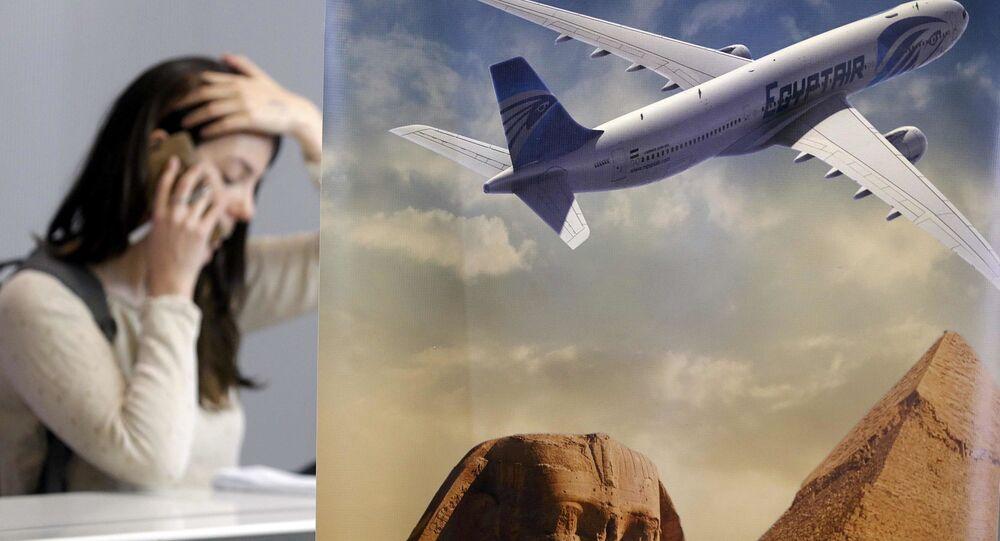 Navinářka telefonuje vedle stánku společnosti Egyptair v Paříži