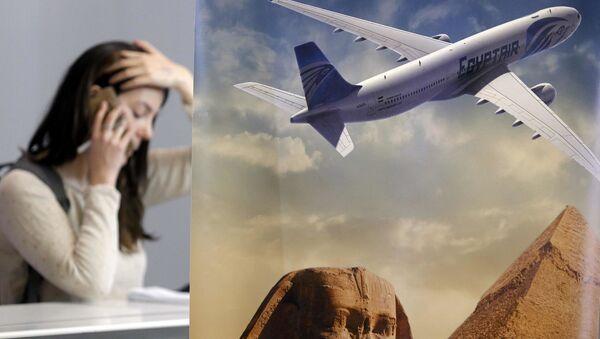Navinářka telefonuje vedle stánku společnosti Egyptair v Paříži - Sputnik Česká republika