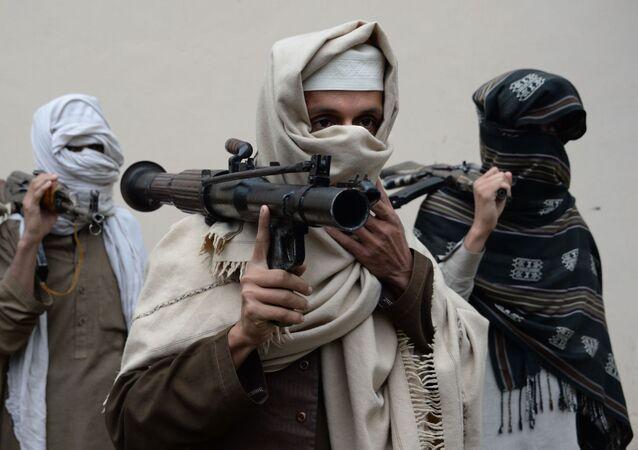 Bývalí příslušníci hnutí Tálibán v Afghánistánu odevzdávají zbraně
