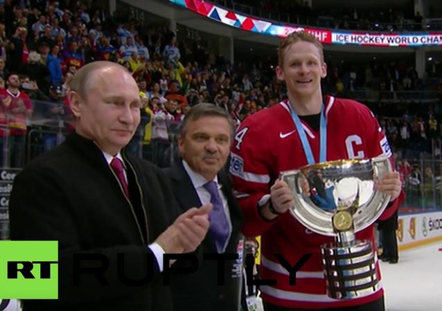 Putin blahopřál kanadské reprezentaci k vítězství na MS a kapitánovi předal pohár