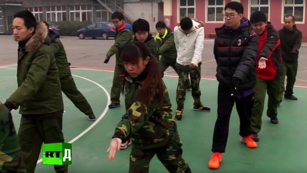 Vojenská disciplína: jak v Číně vracejí do života dospívající se závislostí na internetu - Sputnik Česká republika