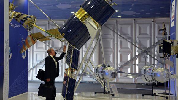 Satelit Gonets-M na výstavě ve Farnborough 2014 - Sputnik Česká republika