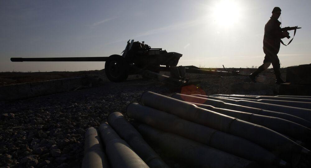 Ukrajinský voják vedle samohybného děla