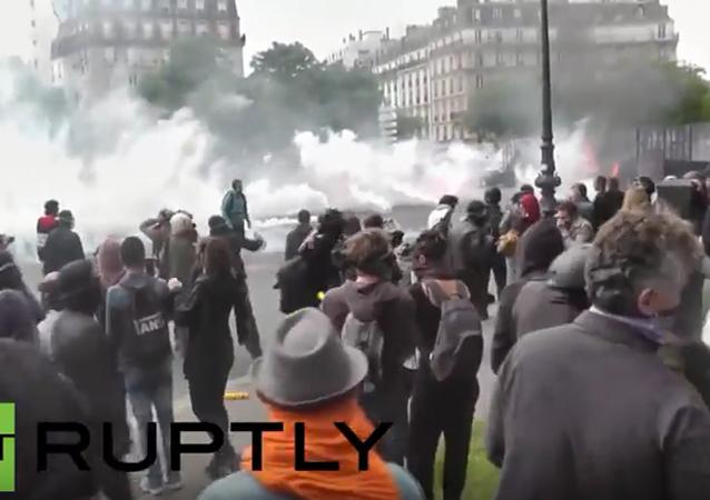 Francie: násilné střety zasáhly Paříž při demonstraci proti pracovní reformě