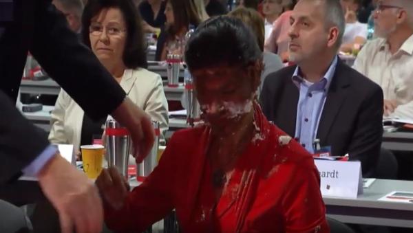 Demonstrant na podporu běženců hodil Wagenknechtové do tváře dort - Sputnik Česká republika