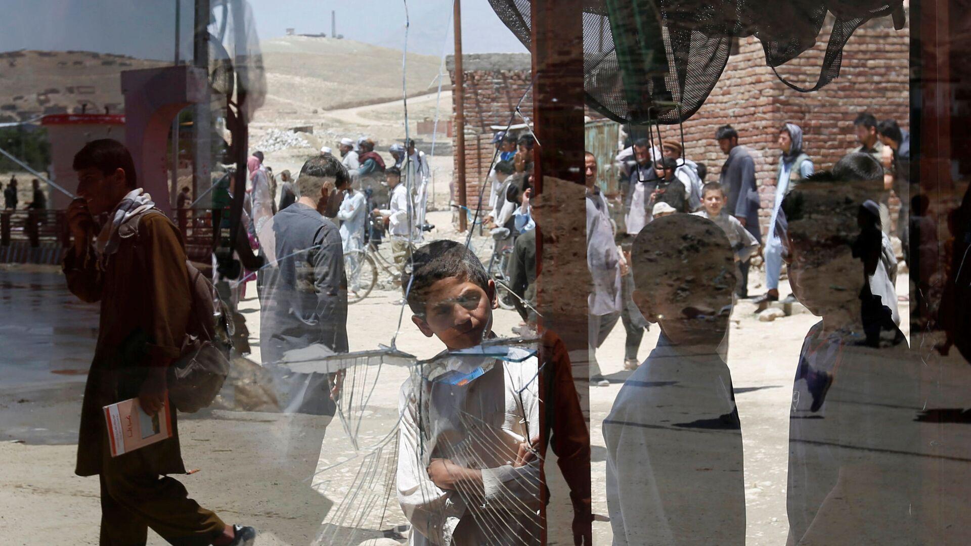 Afghánští chlapci u rozbitého okna v Kábulu, Afghánistán - Sputnik Česká republika, 1920, 27.07.2021