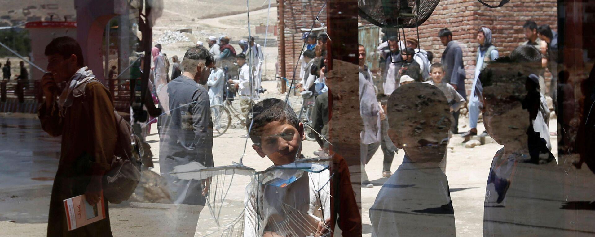 Afghánští chlapci u rozbitého okna v Kábulu, Afghánistán - Sputnik Česká republika, 1920, 17.08.2021