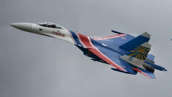 Víceúčelové stíhačky Su-27 skupiny letecké akrobacie Russkije viťazi se účastní slavnostní akce v Kubince - Sputnik Česká republika