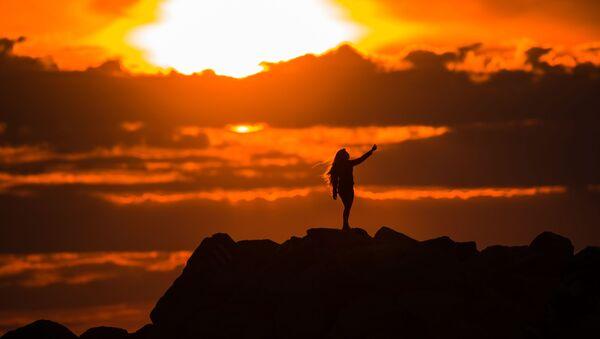 Dívka dělá selfie na Olympijském nábřeží v Adleru při západu slunce - Sputnik Česká republika