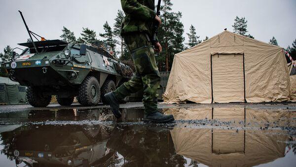 Švédský voják na pozadí Patria XA-360 AMV - Sputnik Česká republika