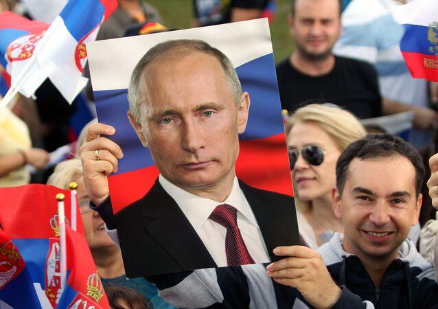 Srbové s plakáty s Vladimirem Putinem