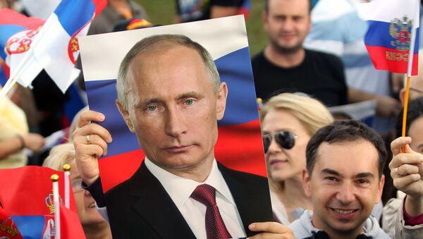 Srbové s plakáty s Vladimirem Putinem - Sputnik Česká republika