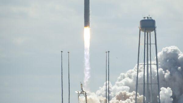 The Antares rocket and Cygnus spacecraft take off from the NASA Wallops Flight Facility in Virginia on Wednesday. - Sputnik Česká republika