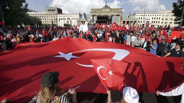 Turecká vlajka v Berlíně - Sputnik Česká republika