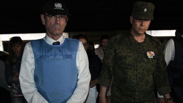 Pomocník generálního tajemníka OSN pro lidská práva Ivan Šimonovič a Eduard Basurin na doněckém letišti - Sputnik Česká republika