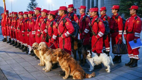 Pracovníci čínské pátrací a záchranné služby - Sputnik Česká republika
