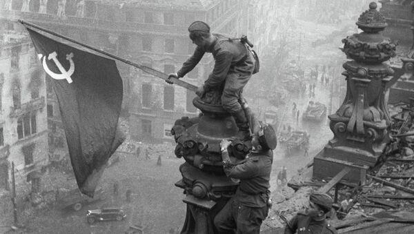 Vztyčení vlajky nad Reichstagem - Sputnik Česká republika