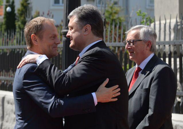 Президент Европейского Совета Дональд Туск обнимает президента Украины Петра Порошенко перед началом встречи в Киеве