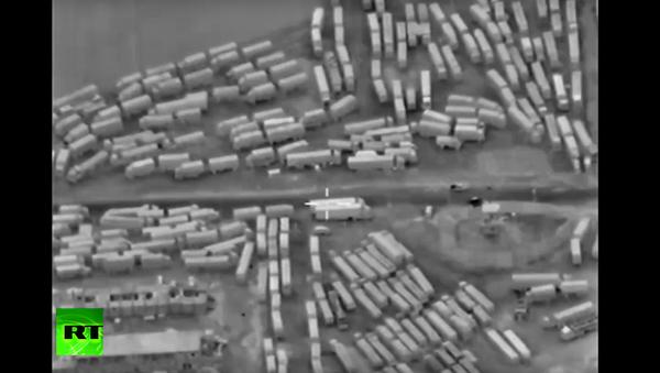 Dron MO RF natočil kolonu náklaďáků převážejících zbraně z Turecka. VIDEO - Sputnik Česká republika