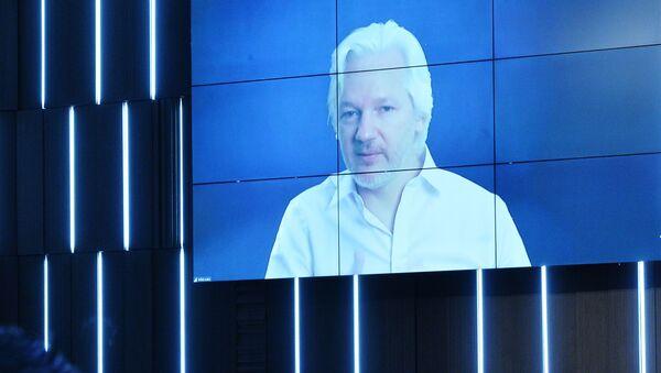 Julian Assange během videorozhovoru na mezinárodním mediálním fóru MIA Rossia Segodnia Nová epocha žurnalistiky: loučení s mainstreamem - Sputnik Česká republika