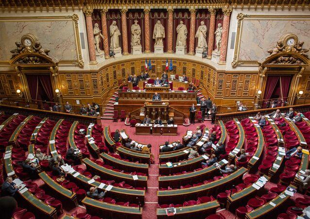 Senátoři během hlasování