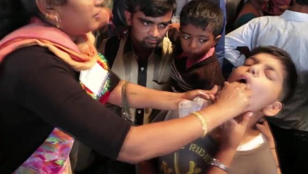 Indie: děti násilně krmí živými rybami, aby je vyléčili z astmatu - Sputnik Česká republika