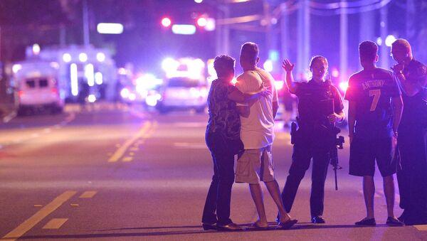 Policie a příbuzní na místě střelby v gay klubu v Orlandu - Sputnik Česká republika