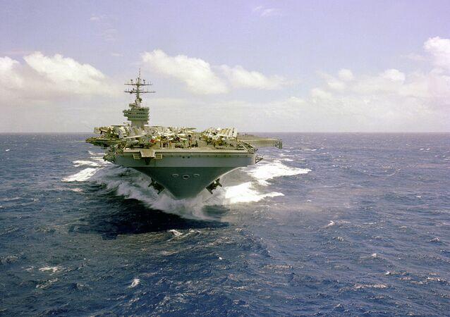 Letadlová loď vojenské flotily USA Dwight Eisenhower