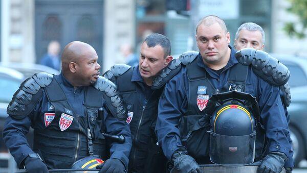 Сотрудники полиции на одной из улиц во французском городе Лилле - Sputnik Česká republika