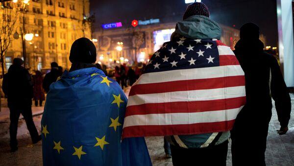 Vlajka USA a vlajka EU - Sputnik Česká republika