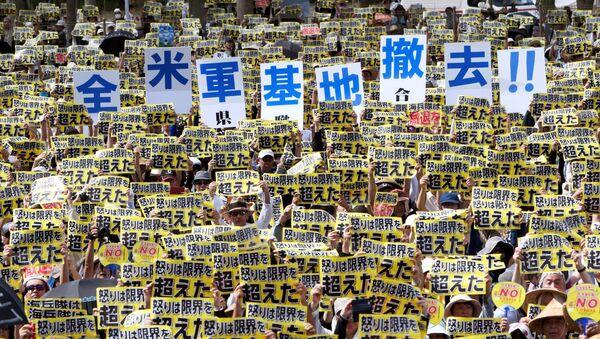Protesty Japonců proti americkým základnám na Okinawě - Sputnik Česká republika