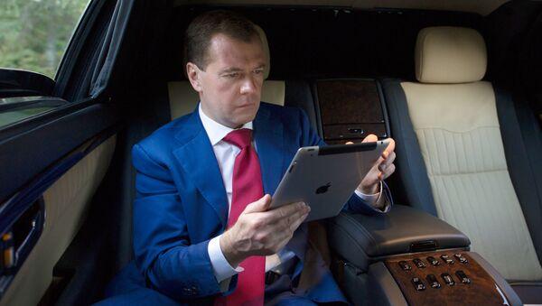 Dmitrij Medveděv s iPadem - Sputnik Česká republika
