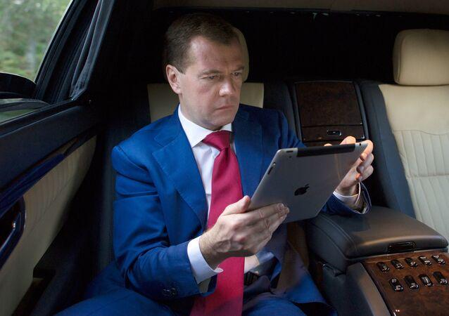 Dmitrij Medveděv s iPadem