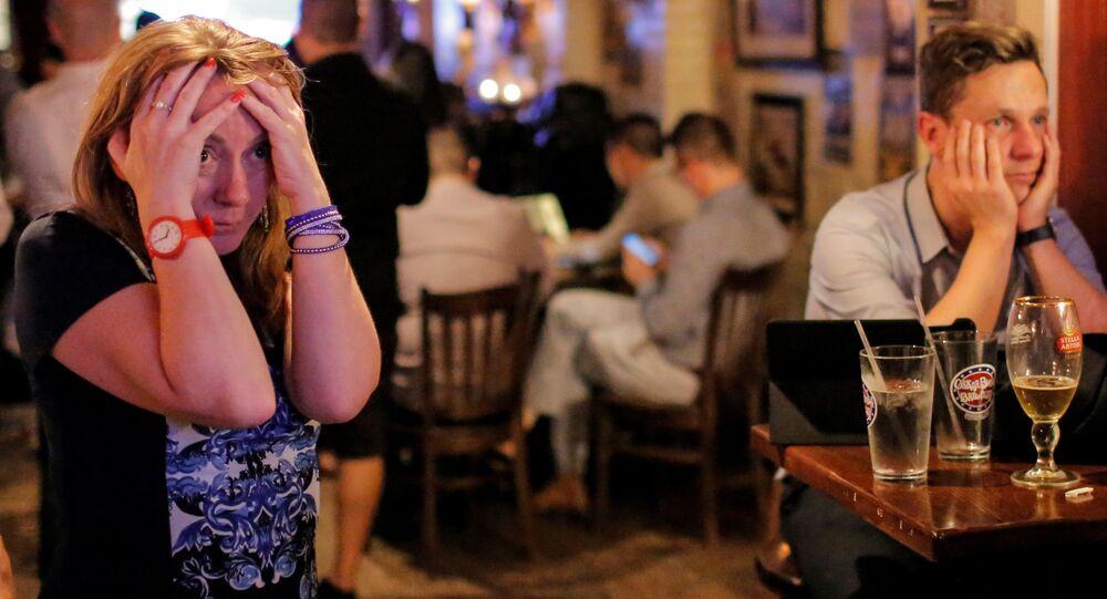 Reakce lidí v britském baru na výsledky referenda