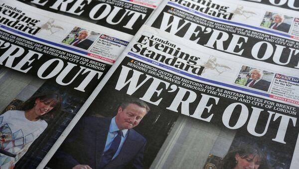 Noviny s fotografií Davida Camerona - Sputnik Česká republika