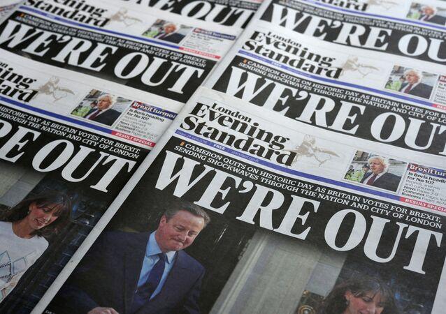 Noviny s fotografií Davida Camerona